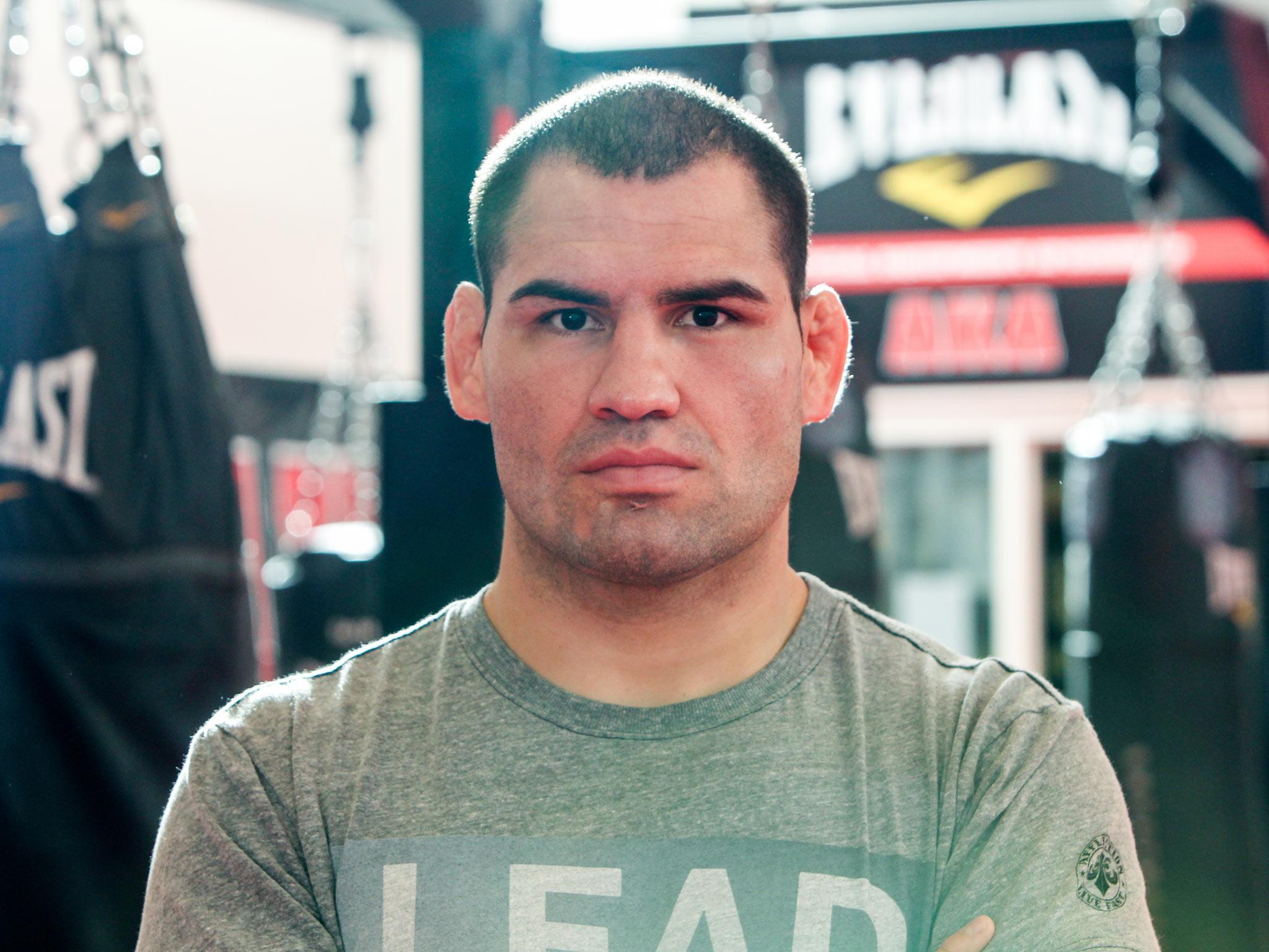 Cain Ramirez Velasquez Salinas 28 de julho de 1982 é um lutador de artes marciais mistas MMA estadunidense de ascendência mexicana É excampeão do peso